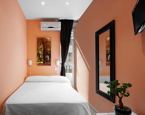 узкая спальня в персиковом цвете