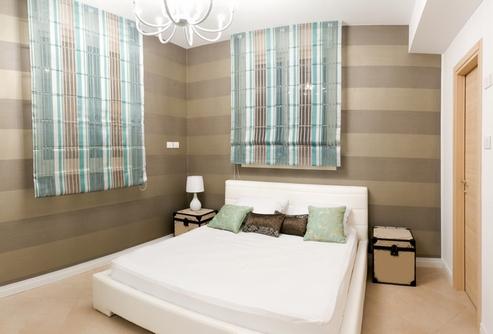 полосатые стены в маленькой спальне