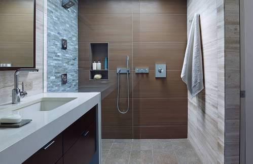 сочетание коричневой плитки в ванной