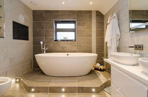 коричневая и бежевая плитка в ванной