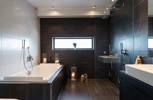 коричневая и белая плитка в ванной