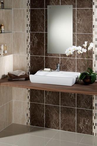 сочетание бежевой и коричневой плитки в ванной