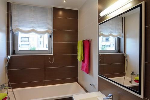 коричневая плитка в дизайне ванной