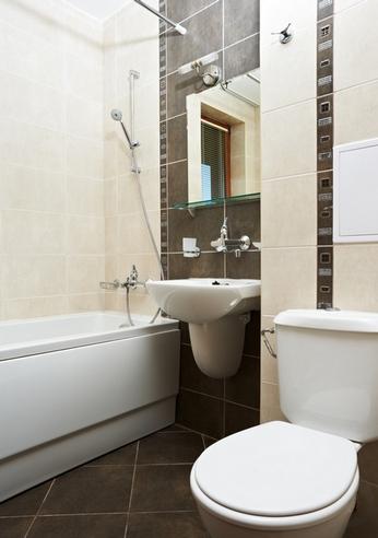 кремовая и коричневая плитка в ванной: способы комбинирования