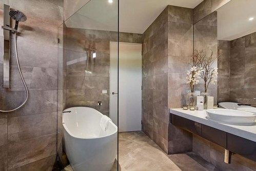 дизайн ванной комнаты с коричневой плиткой