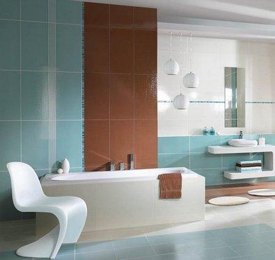 сочетание голубой и коричневой плитки в ванной и туалете