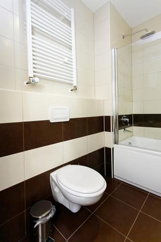коричневая плитка в ванной и туалете