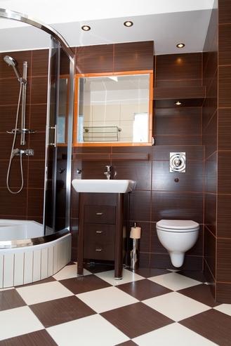 коричневая и белая плитка на полу в ванной