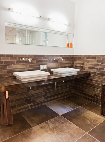 коричнево-белая ванная комната