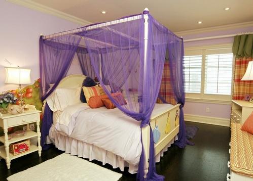 кровать с балдахином в комнате девочки