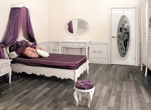 кровать с балдахином в комнате девушки