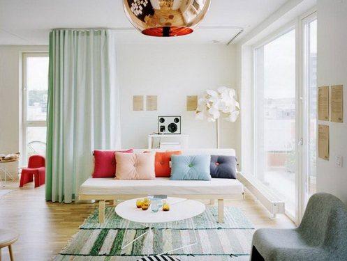 современный интерьер с разноцветным декором