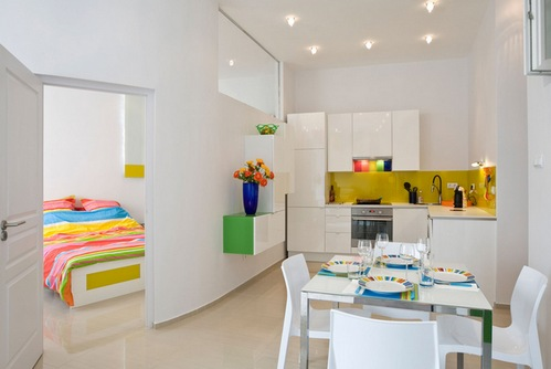 разноцветный декор в белом интерьере