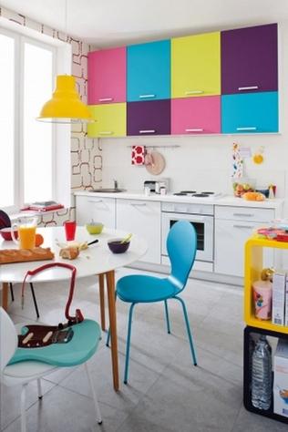 разноцветный интерьер кухни
