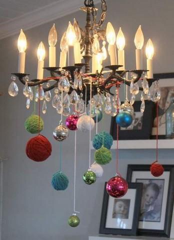 новогодний декор люстры шарами и клубками