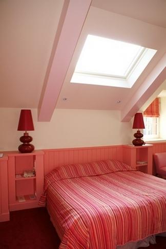 коралловые стены в спальне
