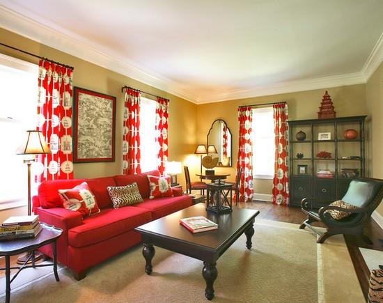 красные шторы и красный диван
