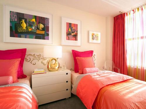 красные занавески в спальне