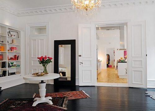 темный пол и белые двери в скандинавском стиле