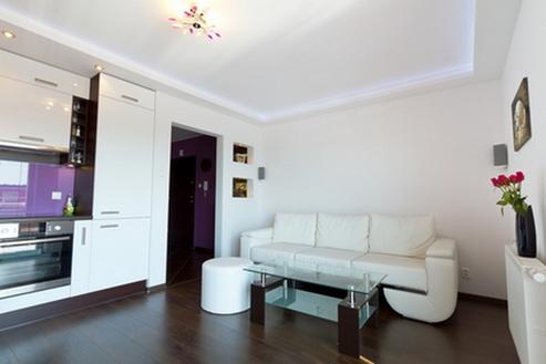 темные полы в интерьере гостиной