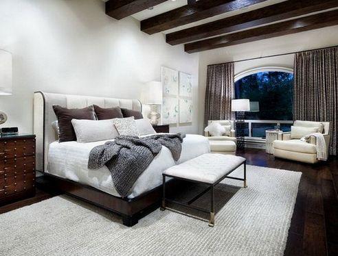 темно-коричневое напольное покрытие в спальне