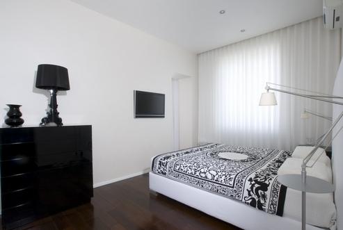 темный ламинат в черно-белой спальне