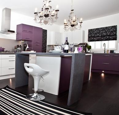 черная римская штора на кухне