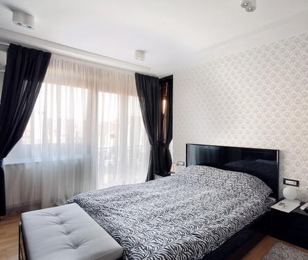 черные занавески в интерьере спальни