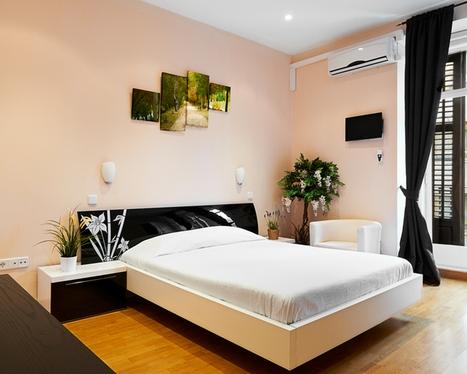 черная занавеска в интерьере спальни