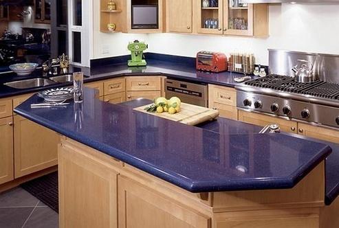 синяя столешница на кухне