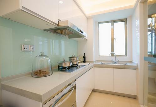 Белая кухня светлая столешница Столешница-остров из искусственного камня Staron Медведково