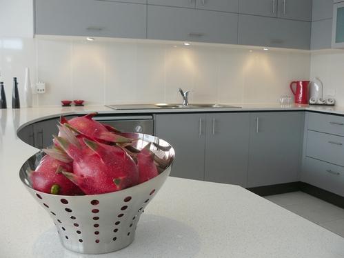 столешница для серой кухни