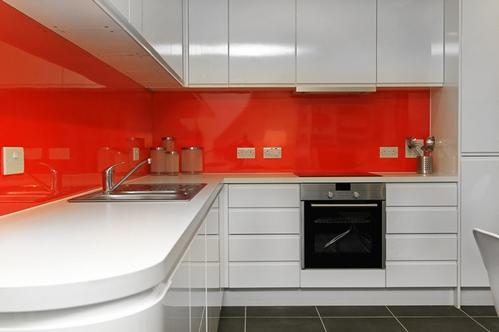 Белая кухня оранжевая столешница