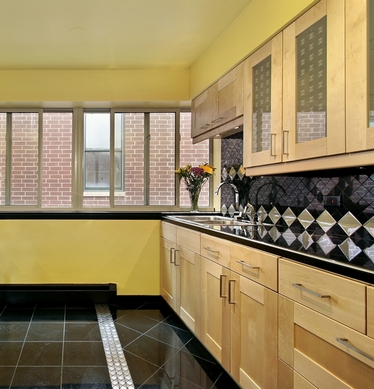 черная столешнца на кухне