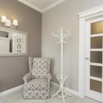 белая дверь и белые плинтусы