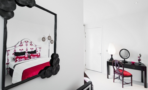 белые стены и белая дверь