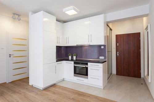 белая дверь в квартире