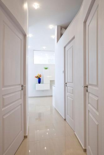 коридор с белыми дверями