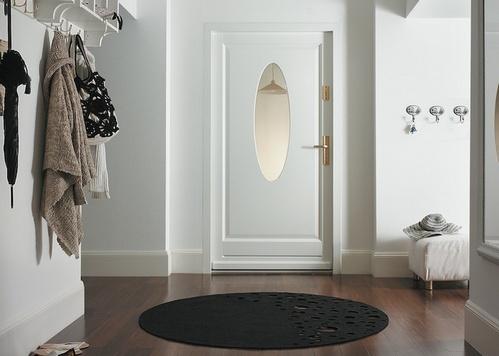 белые двери и темный пол