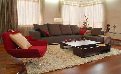 декор гостиной с коричневыми шторами