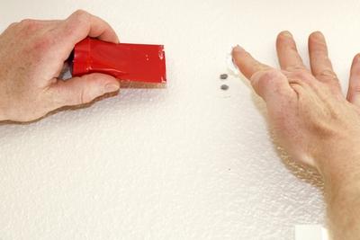 как заделать маленькие дырки в стене