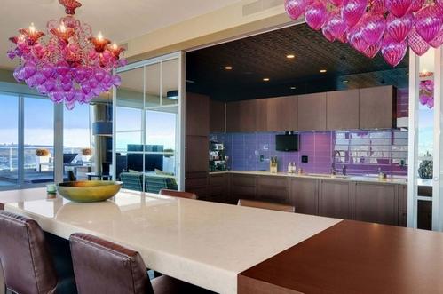 фиолетовая люстра в интерьере