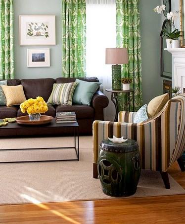 полосатое кресло к однотонному дивану