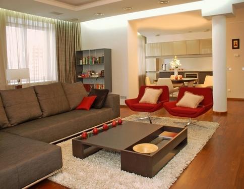 красные кресла и коричневый диван