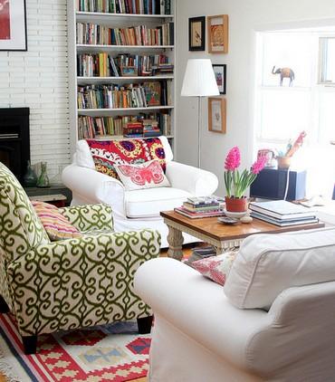 как сочетать кресла в интерьере гостиной