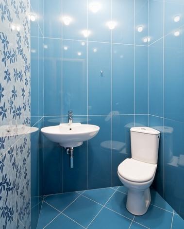 вертикальная укладка плитки в туалете