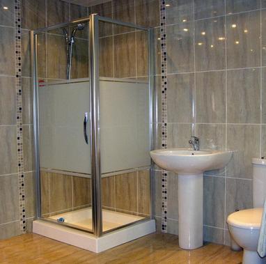 вертикальная укладка плитки в ванной