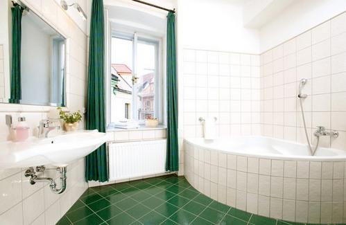 изумрудный цвет в ванной