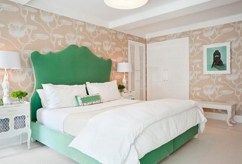 изголовье кровати изумрудного цвета