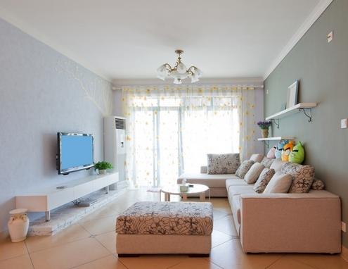 Интерьер прямоугольной комнаты с окном